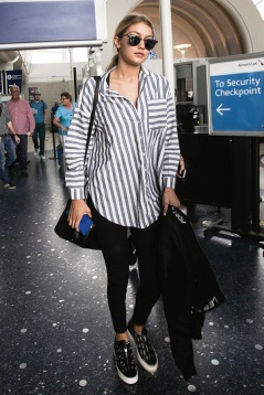Gigi Hadid con camisa rayada
